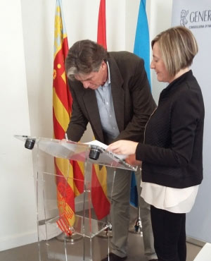 El conseller firmando la declaración